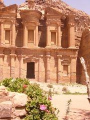 Widok klasztoru w skale rekompensuje trudy wspinaczki